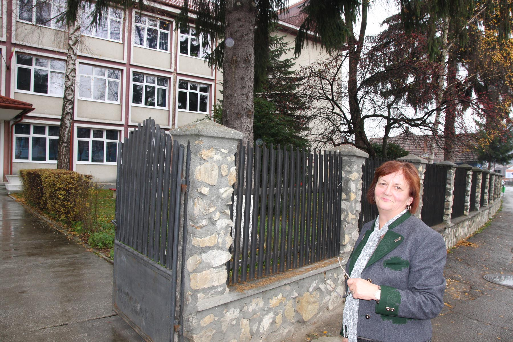 Directorul adjunct Raveca Gaveniuc, în fața școlii generale Artemiu Publiu Alexi din Sângeorz-Băi